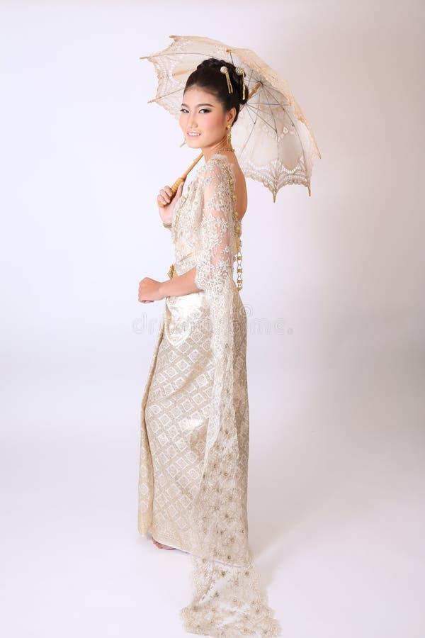 Thailändsk kvinnlig i traditionell klänning arkivbilder