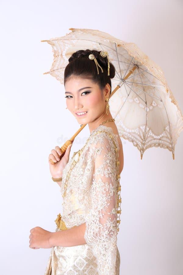 Thailändsk kvinnlig i traditionell klänning royaltyfri foto