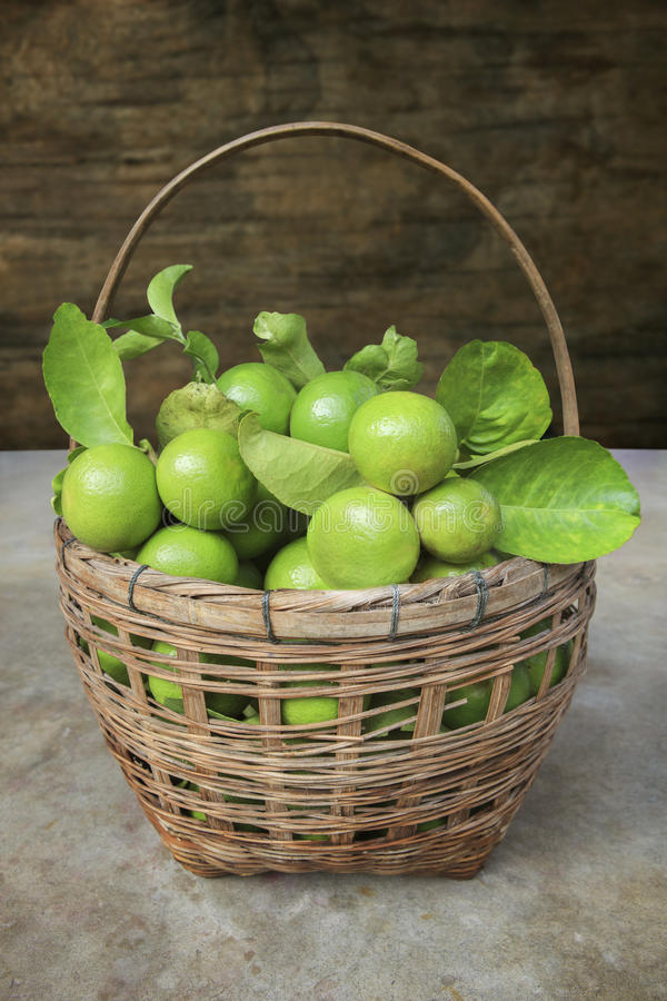 Thailändsk limefruktfrukt, grön citron i bambukorg royaltyfri foto
