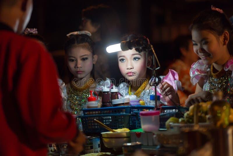 Thailändsk liten flicka som beställer pannkakan arkivbild
