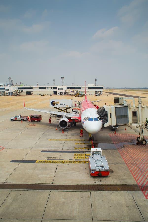 Thailändsk luftAsien nivå som landas på Don Mueang International Airport arkivbild