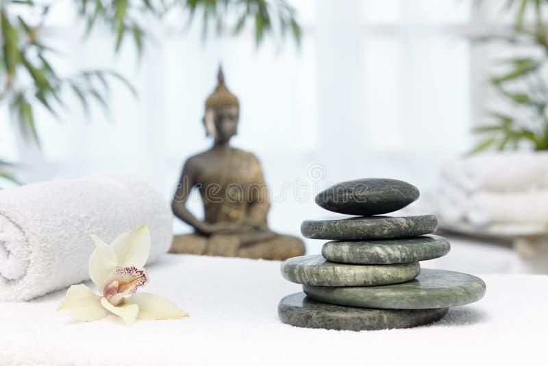 Thailändsk massage med massagestenar arkivfoton