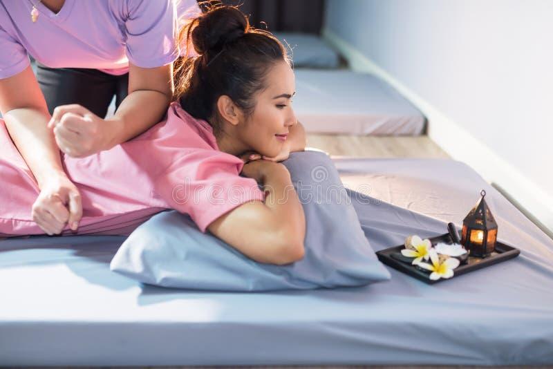 Thailändsk massage på asiatisk flickabaksida arkivfoto
