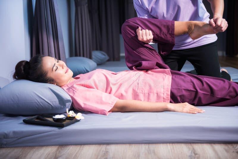 Thailändsk massage till asiatsolbrännakvinnan arkivfoto