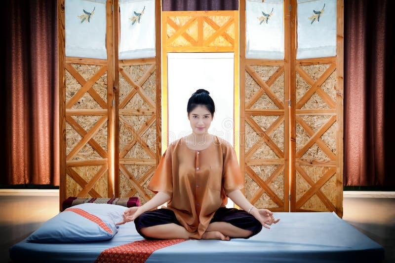 Thailändsk massagebrunnsort , Väntande massör för härlig asiatisk kvinna royaltyfria bilder
