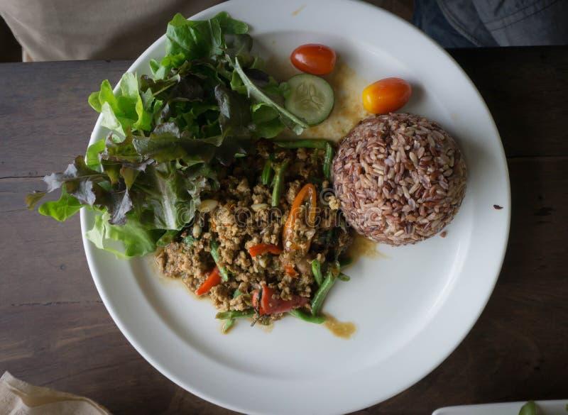Thailändsk mat, blockkaen Phrao, stekte kött med chili, vitlök och helgedom royaltyfria bilder