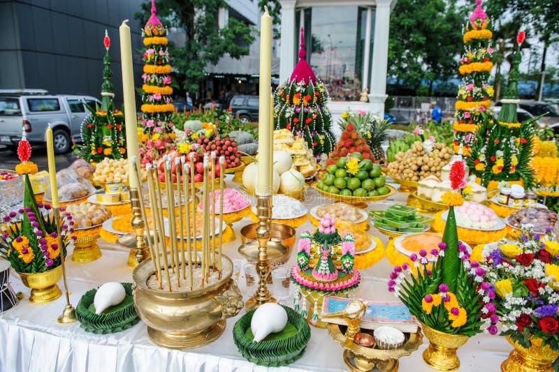 Thailändsk mat för lönrespekt till guden, Offerings till gudar royaltyfri bild