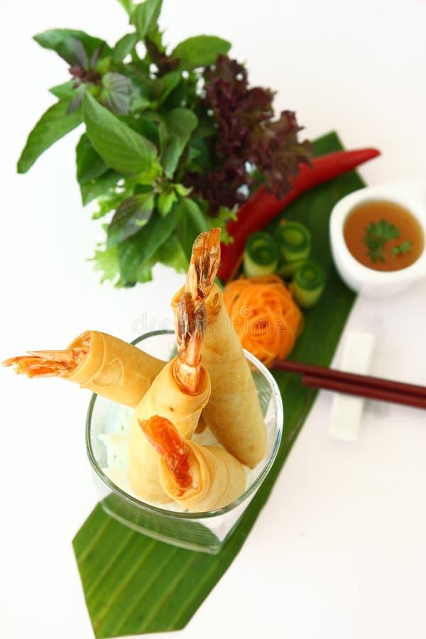 Thailändsk mat, fjädrar rullräkan, sallad royaltyfria foton