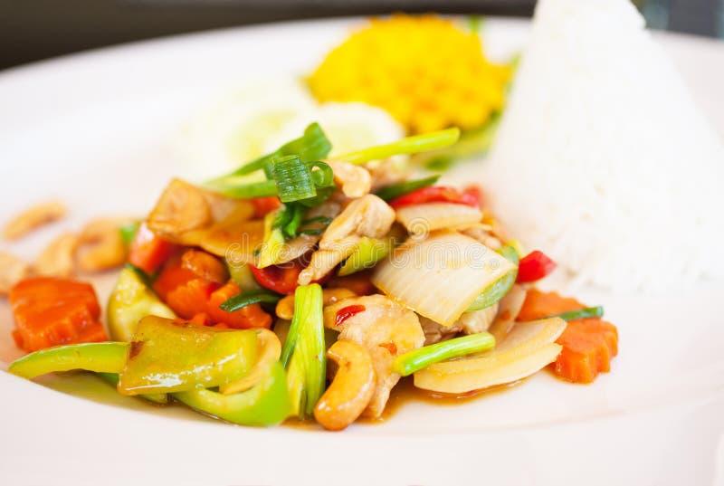 Thailändsk mat, höna och kasjuer arkivfoto