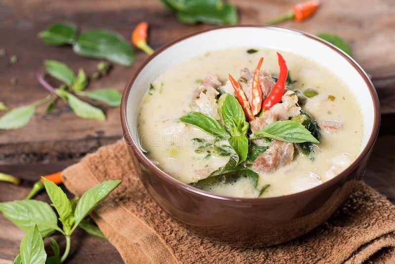 Thailändsk mat Kaeng glåmiga Khiao, grön curry med griskött arkivbilder