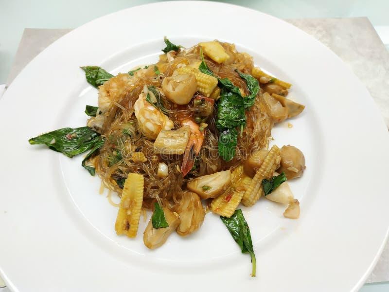 Thailändsk mat, kryddiga exponeringsglasnudlar som stekas under omrörning med recipies liksom ägget, räka och andra arkivfoton