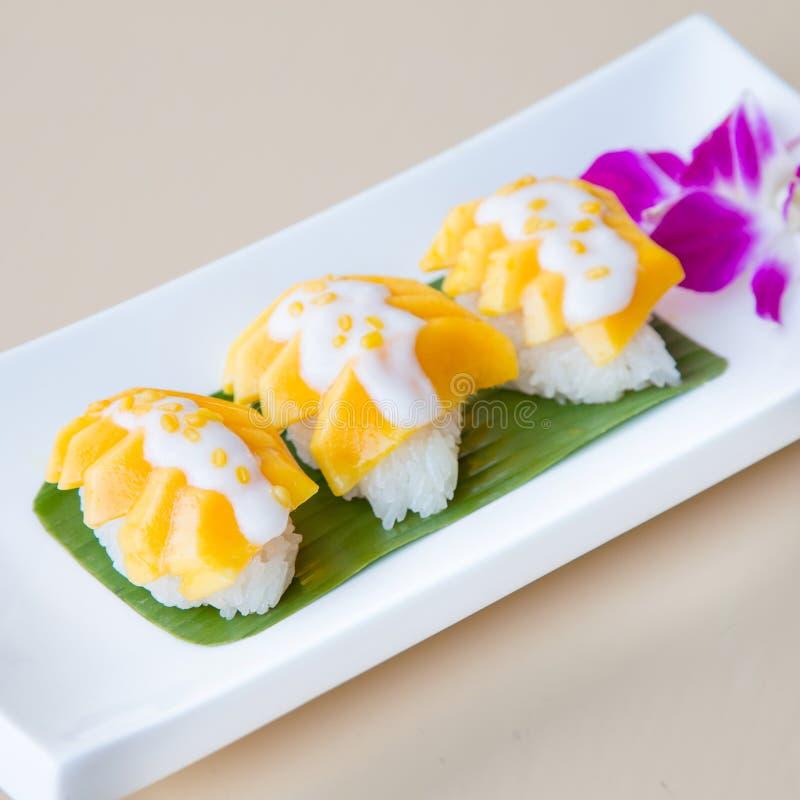 Thailändsk mat, söt mango med klibbiga ris royaltyfria bilder