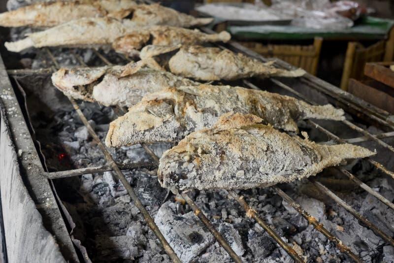 Thailändsk mat, Salt-täckt med en skorpa grillad fisk royaltyfria bilder