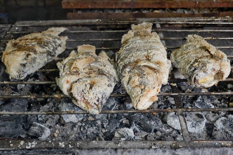 Thailändsk mat, Salt-täckt med en skorpa grillad fisk arkivfoto