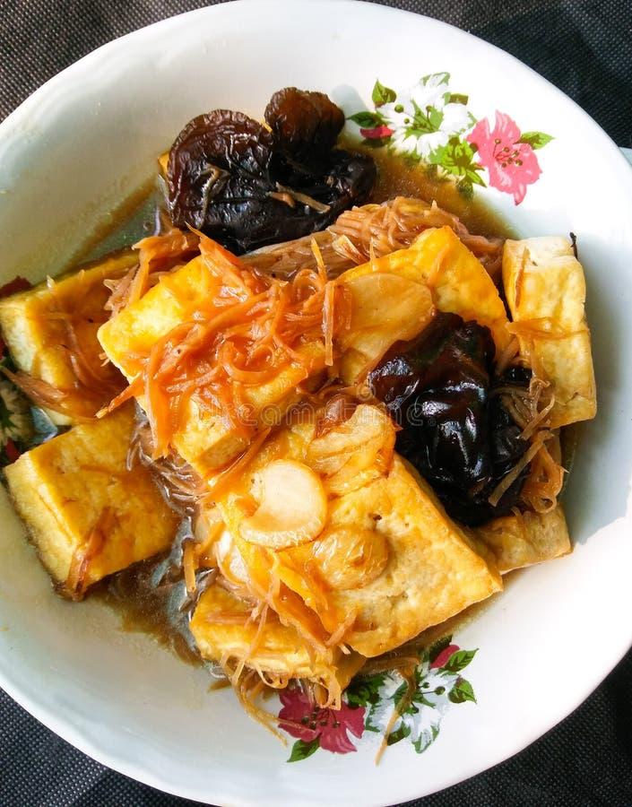 Thailändsk mat stekt tofu- och svartsvamp i Ginger Tamarind sås royaltyfria foton