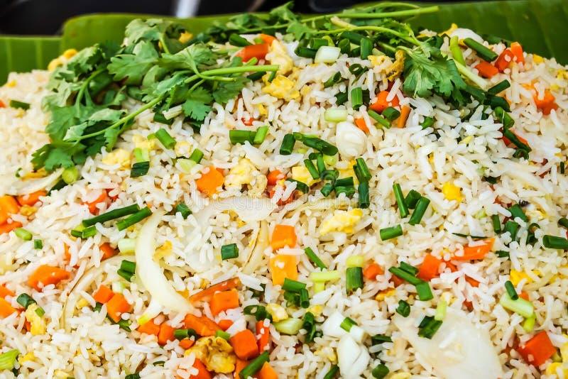 Thailändsk mat, stekte ris är havs- och ägg som är till salu på den thailändska den gatamatmarknaden eller restaurangen i Bangkok royaltyfria bilder