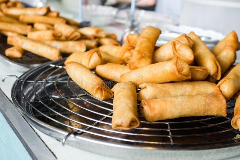 Thailändsk mat, stekte vårrullar på den svarta järnplattan på grå färger stenar kritiserar bakgrund Utrymme f?r b?sta sikt och ko royaltyfri bild