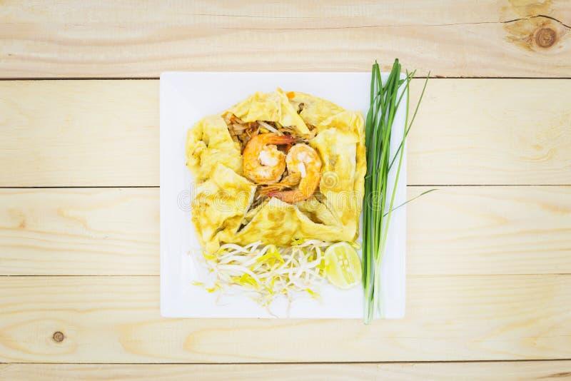 Thailändsk maträtt för havs- block av stekte risnudlar på en fyrkantig vit pl royaltyfria foton