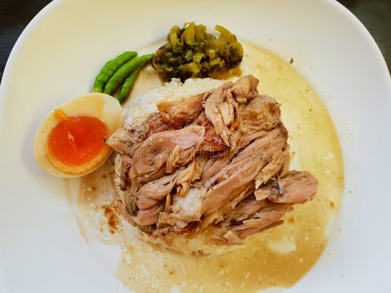 Thailändsk matstil, bästa sikt av det kokta grisköttbenet och kokt ägg på ris royaltyfri bild