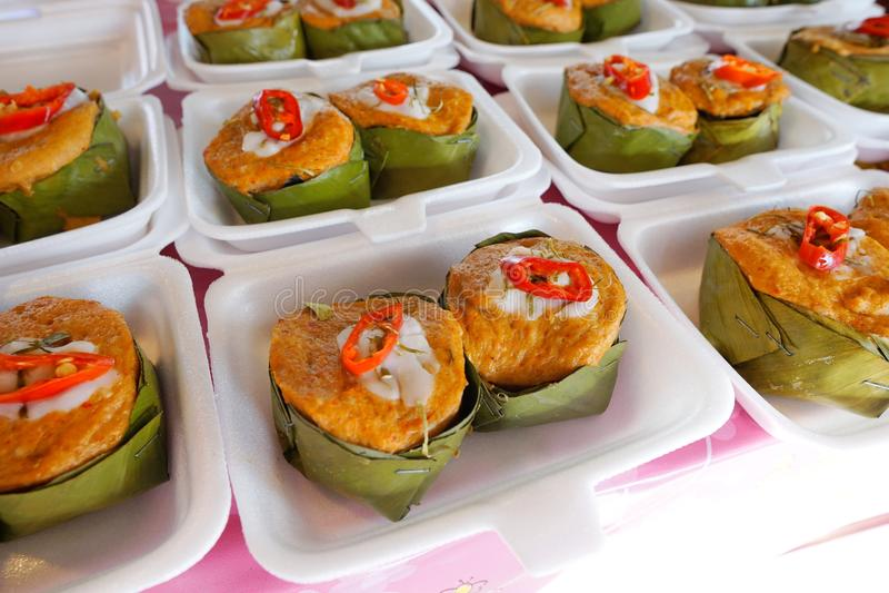 Thailändsk matstil, Steamed ryktade fisken i en bananbladkopp royaltyfri fotografi