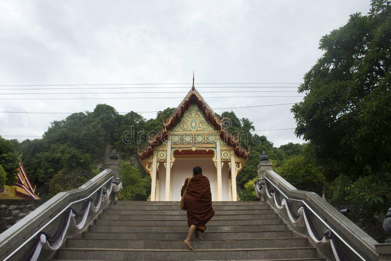 Thailändsk munk som går på Wat Tham Khuha Sawan i Phatthalung, Thailand royaltyfri foto