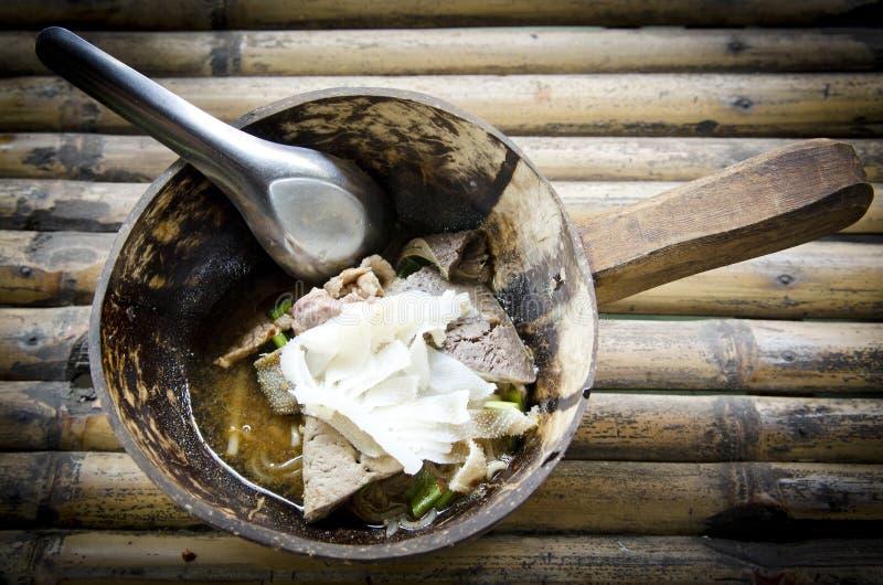 Thailändsk nudelsoppa med kött på bambubakgrund royaltyfri fotografi