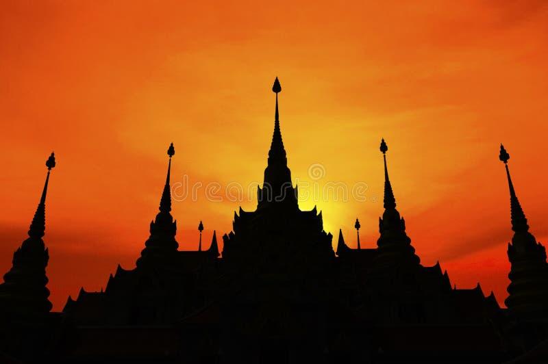 Thailändsk pagod på solnedgången, kontur av pagoden royaltyfria foton