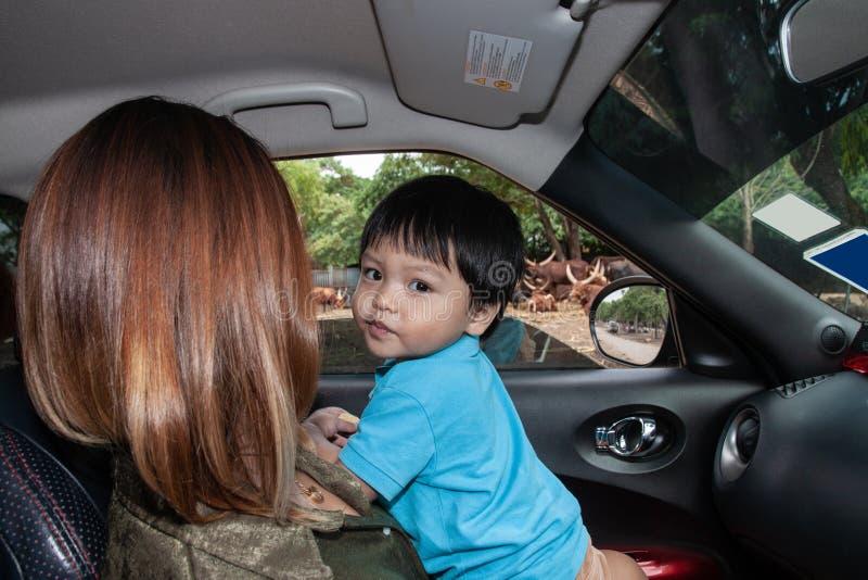 Thailändsk pojke med mamman i bilen royaltyfria bilder