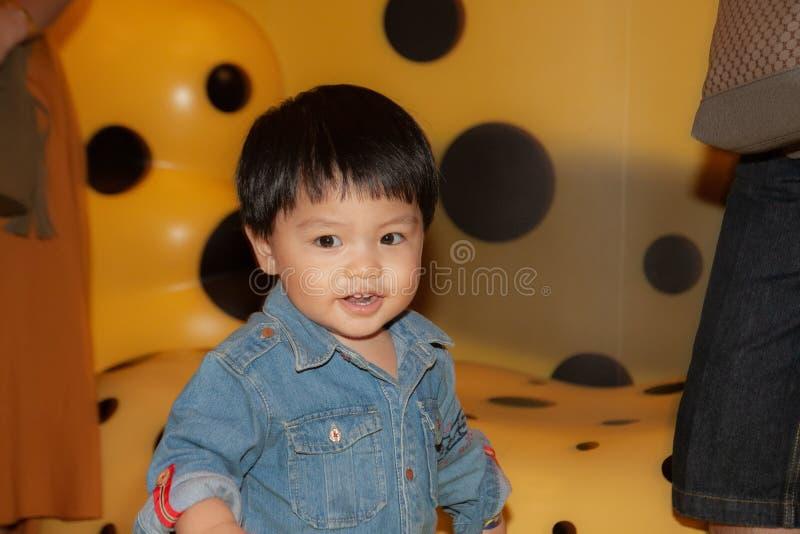 Thailändsk pojke som har roligt i akvarium arkivfoto