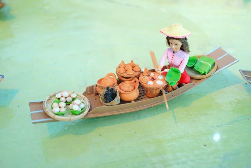 Thailändsk säljarelergodsskulptur royaltyfri fotografi