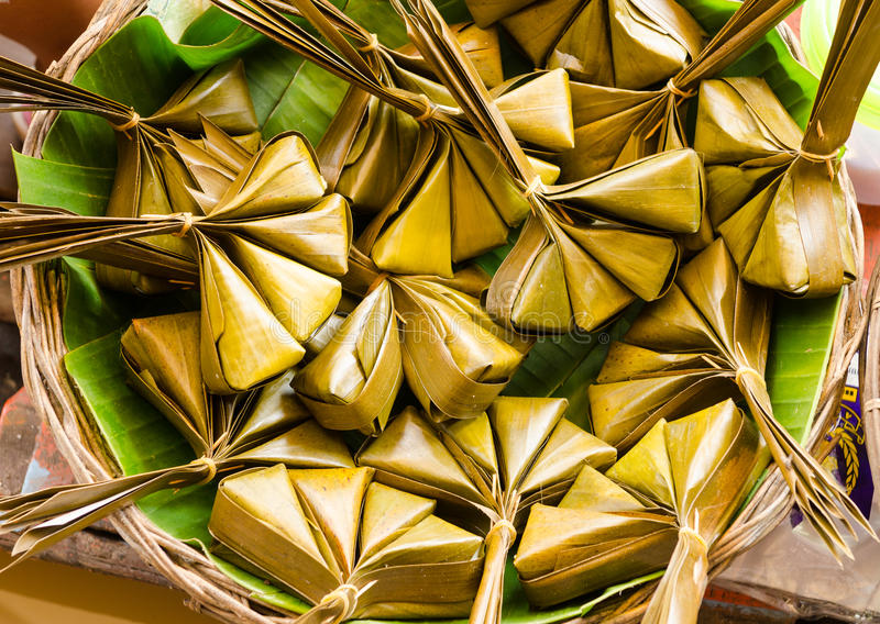 Thailändsk söt efterrätt som ångas i bananblad royaltyfria bilder