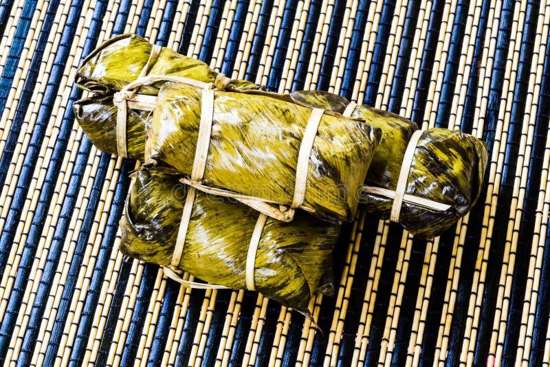 Thailändsk sötsakgrupp av mush med bananfyllning eller Kao-Tom-gyttja arkivfoton