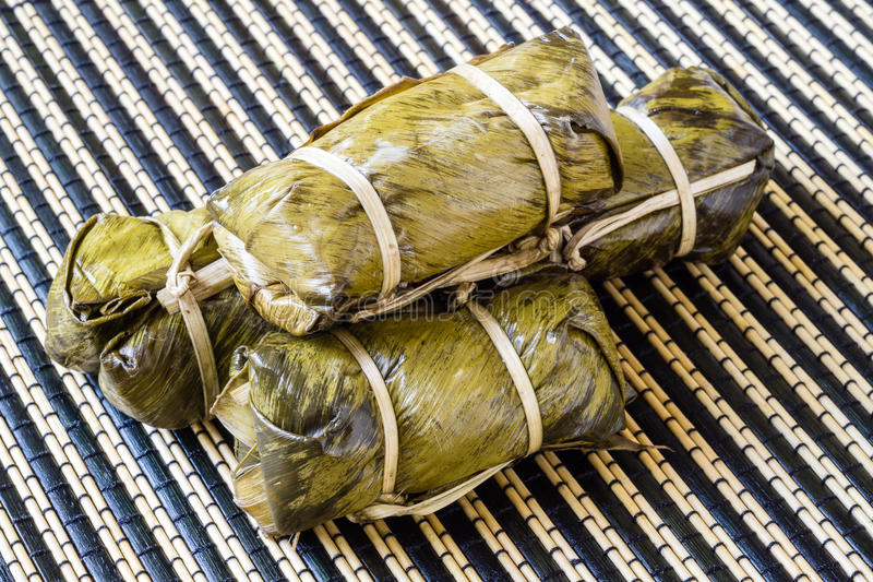 Thailändsk sötsakgrupp av mush med bananfyllning eller Kao-Tom-gyttja royaltyfri fotografi