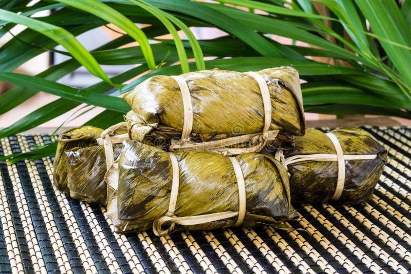 Thailändsk sötsakgrupp av mush med bananfyllning eller Kao-Tom-gyttja fotografering för bildbyråer