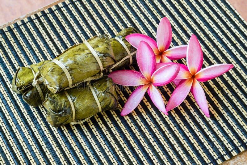 Thailändsk sötsakgrupp av mush med bananfyllning eller Kao-Tom-gyttja royaltyfria bilder