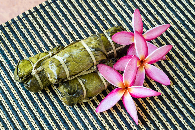 Thailändsk sötsakgrupp av mush med bananfyllning eller Kao-Tom-gyttja arkivbilder