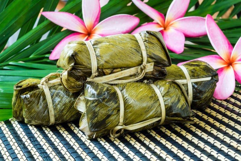 Thailändsk sötsakgrupp av mush med bananfyllning eller Kao-Tom-gyttja arkivfoto