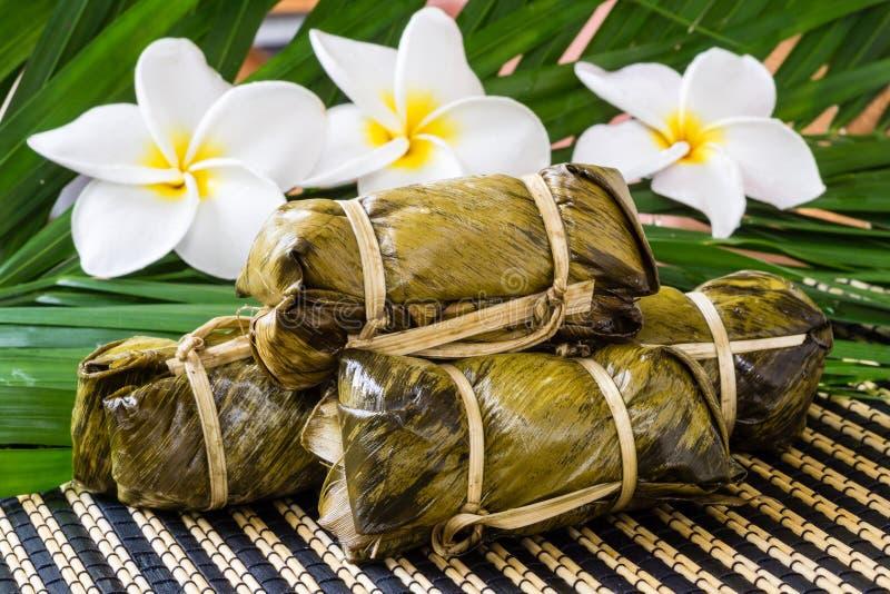 Thailändsk sötsakgrupp av mush med bananfyllning eller Kao-Tom-gyttja royaltyfria foton