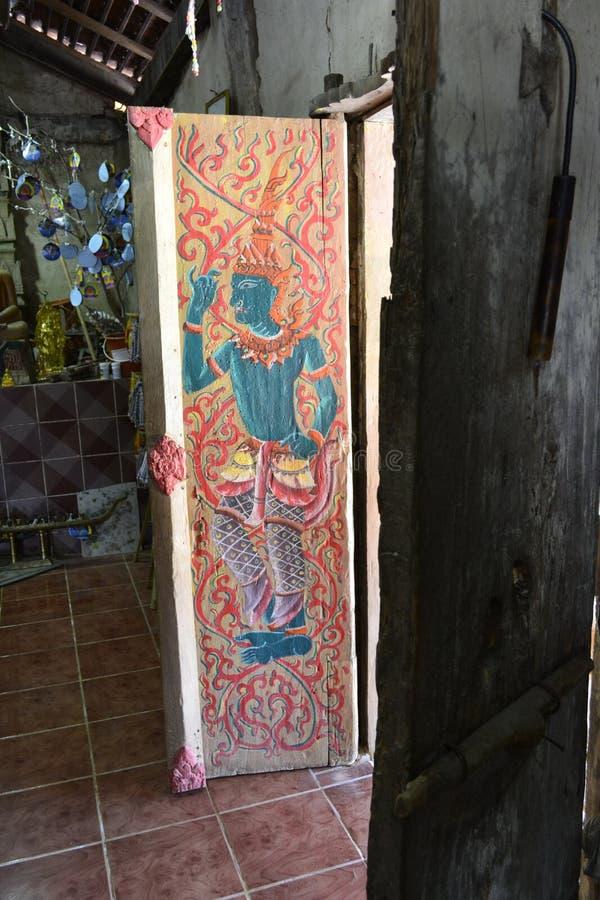 Thailändsk ` s som målas på dörren Wat Si Po Chai område för Na Haeo, Loei landskap, Thailand royaltyfri foto