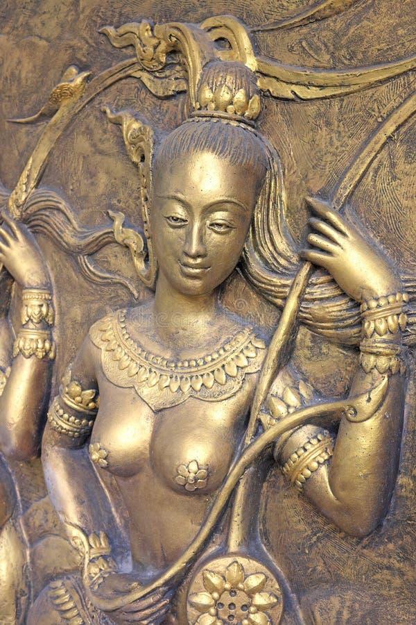 Thailändsk skulptur för infödd kultur på tempelväggen royaltyfri foto