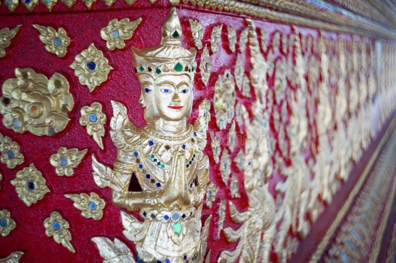 Thailändsk skulptur för infödd kultur på tempelväggen arkivfoto