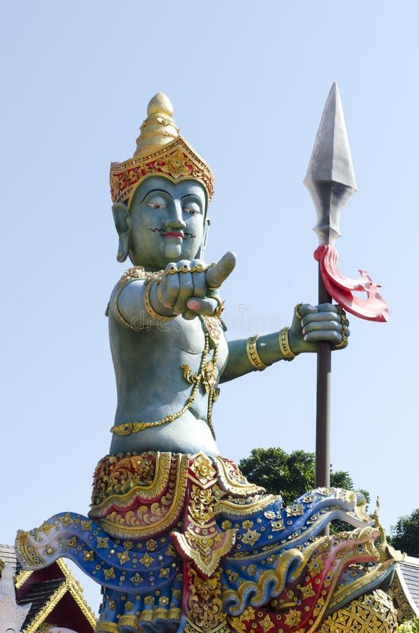 Thailändsk skulpturstil av den härliga ängelstatyn på templet arkivfoton