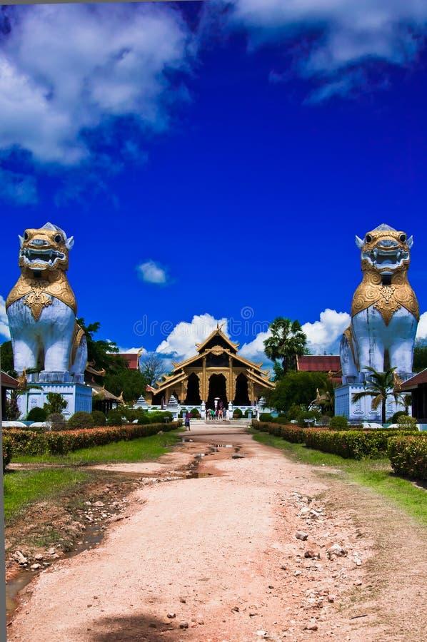 Thailändsk slotttempel i burma stil royaltyfria bilder