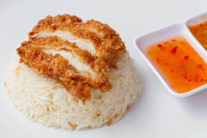 Thailändsk snabbmatstekt kyckling tjänade som på ris som lagades mat i feg buljong royaltyfri foto