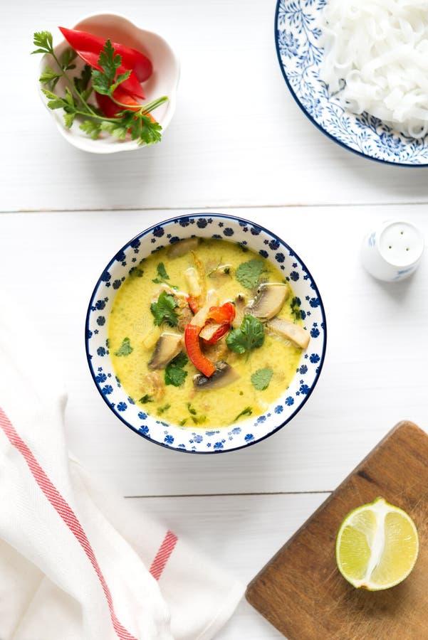 Thailändsk soppa med kokosnöten mjölkar och blir rädd kött på den vita tabellen arkivfoton