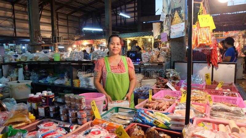 Thailändsk specerihandlare i matmarknad Kvinna arkivbilder