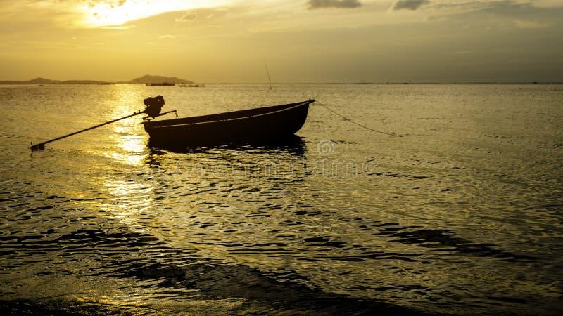 Thailändsk stil för fiskebåt i morgonen, solnedgång royaltyfria foton