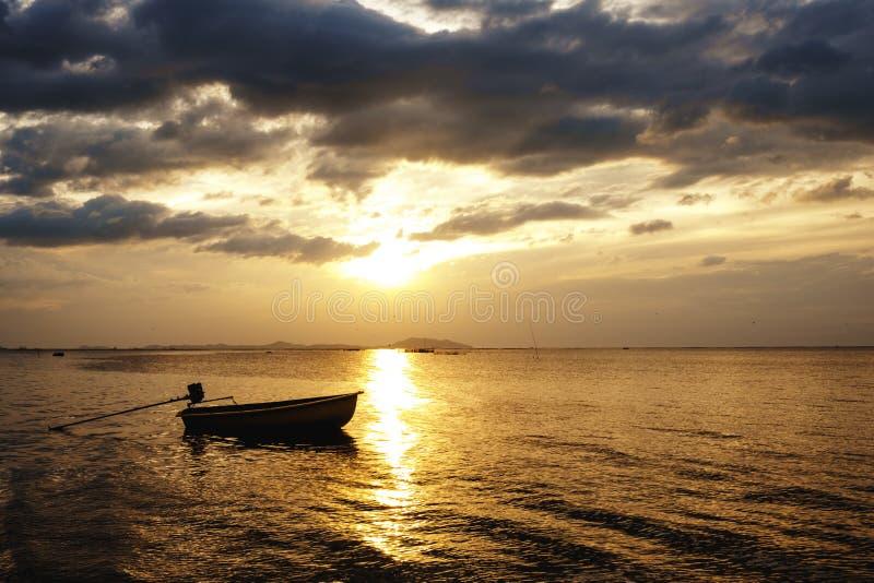 Thailändsk stil för fiskebåt i morgonen, solnedgångsoluppgång på havet arkivfoto