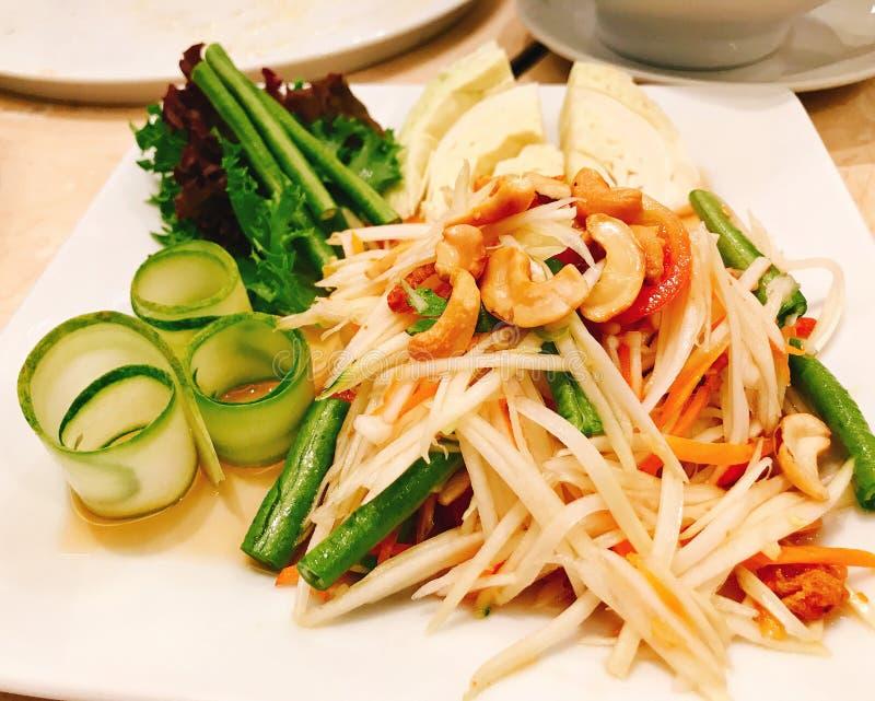 Thailändsk stil för grön papayasallad arkivfoto