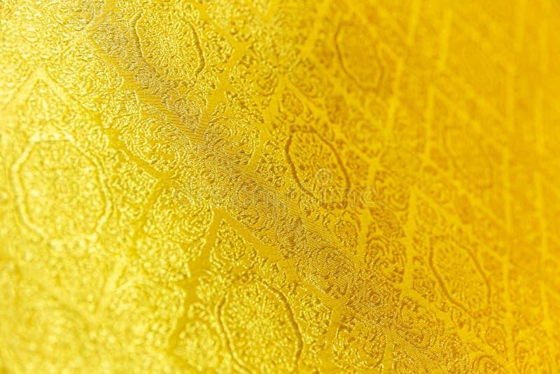 Thailändsk stil handcraft den guld- siden- härliga textilmodellen royaltyfria foton
